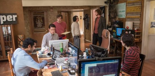 Chaos-Truppe (v. l.): Dinesh (Kumail Nanjiani), Donald (Zack Woods), Richard (Thomas Middleditch), Jian-Yang (Kimmy O. Yang), Erlich Bachman (T. J. Miller) und Nelson (Josh Brener) in ihrem WG-Inkubator im Silicon Valley (Foto: Home Box Office, Inc.)
