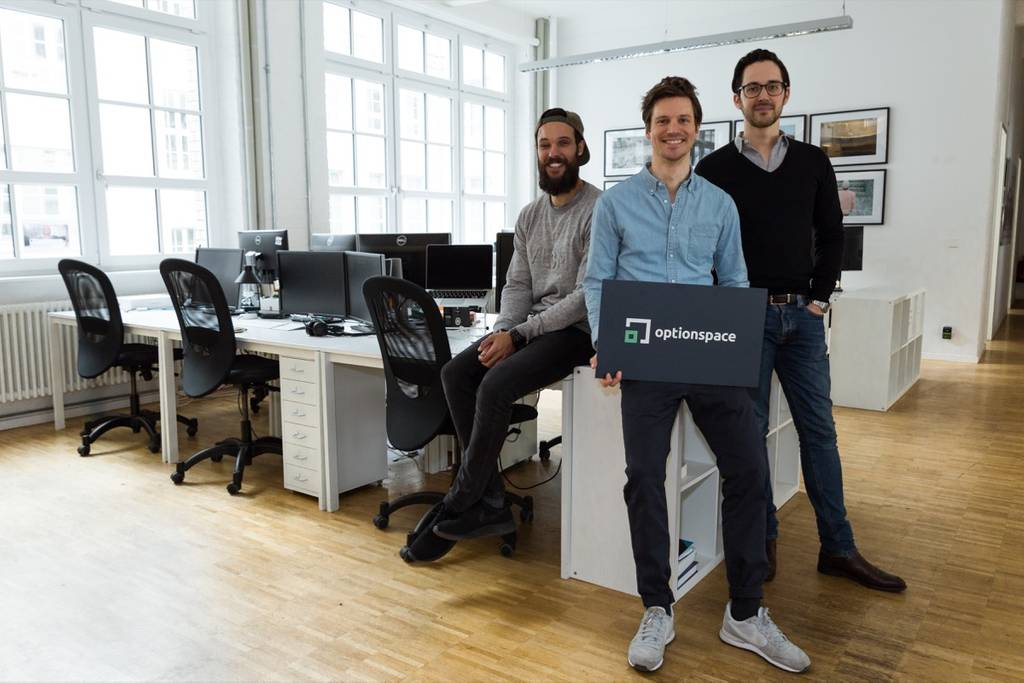 Die Optionspace-Gründer Johannes Lomnitz, Simon Schütz und Moritz ten Eikelder Optionspace Logo (Bild: Optionspace)